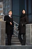 Couple de jeunes entreprises contre l'immeuble de bureaux — Photo