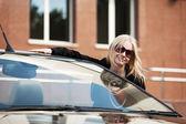 Yeni cabrio araba ile mutlu bir genç kadın — Stok fotoğraf