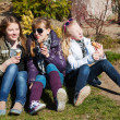 Teenage girls eating an ice cream — Stockfoto