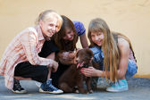 Teenage girls with a puppy — Стоковое фото