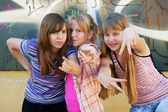 Teenage girls having fun and making peace sign — Стоковое фото