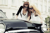 Young women with a road map at the retro car — 图库照片