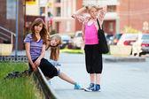 在城市街道上的少女 — 图库照片