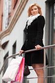 Heureuse jeune femme avec des sacs à provisions — Photo