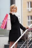 Jovem feliz com sacos de compras — Foto Stock