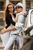 Young fashion couple at the retro car — Foto de Stock