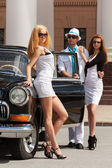 Young fashion people at the retro car — Stockfoto