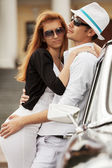 Young fashion couple at the retro car — Stockfoto