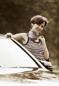 Glad ung kvinna med en bil — Stockfoto