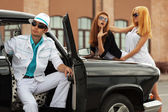 Young fashion people at the retro car — Stok fotoğraf