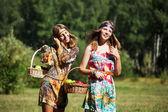 Šťastné mladé dívky s košík s ovocem na přírodu — Stock fotografie
