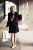 счастливый молодая женщина с сумки — Стоковое фото