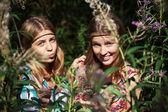 Zwei glückliche junge mädchen im sommer wald — Stockfoto