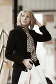 若者のファッションの女性の買い物袋 — ストック写真