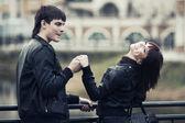 快乐的年轻夫妇,在户外的爱 — 图库照片