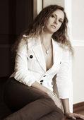 Beautiful woman sitting on the floor — Foto de Stock