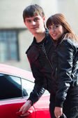 Szczęśliwa młoda para zakochana w sportu samochodowego — Zdjęcie stockowe