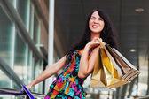 Szczęśliwa młoda kobieta z torby na zakupy — Zdjęcie stockowe