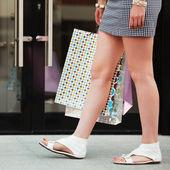 Mujeres manos sosteniendo una bolsas — Foto de Stock