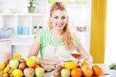 Jonge vrouw in een keuken — Stockfoto