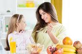 Mère et fille dans la cuisine — Photo