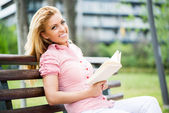 Kadın parkta kitap okumak — Stok fotoğraf