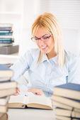 Chica estudiante de aprendizaje — Foto de Stock