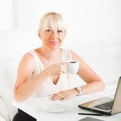 Business woman at coffee break — Stock Photo