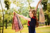 Mutlu kız alışveriş torbaları ile — Stok fotoğraf