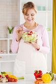 Haute femme dans la cuisine — Photo