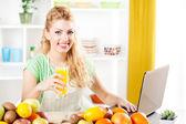 Genç kadın bir mutfak — Stok fotoğraf