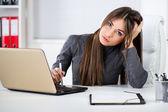 Ofiste stresli iş kadını — Stok fotoğraf