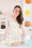 Mutlu genç kadın mutfakta — Stok fotoğraf