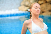 Woman relaxing in the pool at Spa center — Stock Photo