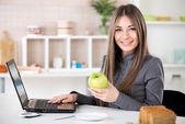 Businesswoman with apple — Stockfoto