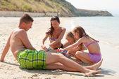 Familie am strand — Stockfoto