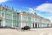 Ver o palácio de inverno em são petersburgo do rio neva. — Foto Stock