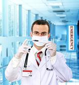 Doutor resarch uma teste médico seringa com sangue. — Foto Stock