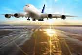Aircraft landing in the evening — Stock Photo
