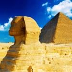 Great Pyramid of Pharaoh Khufu, located at Giza and the Sphinx. — Stock Photo