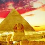 Great Pyramid of Pharaoh Khufu, located at Giza and the Sphinx. — Stock Photo #31192095