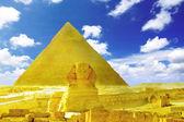 Grote piramide van farao chufu, attractiepark gizeh en de sfinx. — Stockfoto