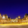 PARIS - SEPTEMBER 17. Glass pyramid and the Louvre museum on Sep — Stock Photo