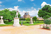 PARIS - SEPTEMBER 18: Louvre museum and park des Tuileries on S — Stock Photo