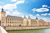 Kasteel conciergerie en bridge, paris, frankrijk. — Stockfoto