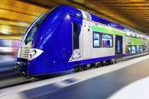 Современный быстрый пассажирский поезд. эффект движения — Стоковое фото