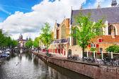 Amsterdam con el canal en el centro de la ciudad, holanda. — Foto de Stock