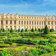 Pond in front of the Royal residence at Versailles near Paris in — Stock Photo #43010437