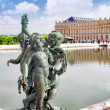 Pond in front of the Royal residence at Versailles near Paris in — Stock Photo #43010561