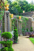 VERSAILLES FRANCE - SEPTEMBER 21 Green archway in a garden  Chat — Stock Photo